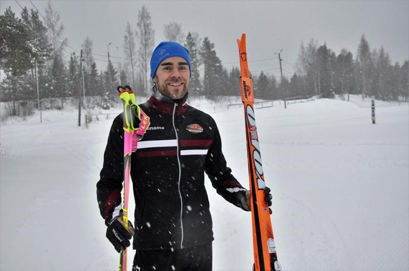 Pekka Karppanen valmistautui lauantaina hiihtolenkille Köykärin laduille. Kokkolan hiihtokeskuksen maastosta löytyy nousuja ja vauhdikkaita laskuja.