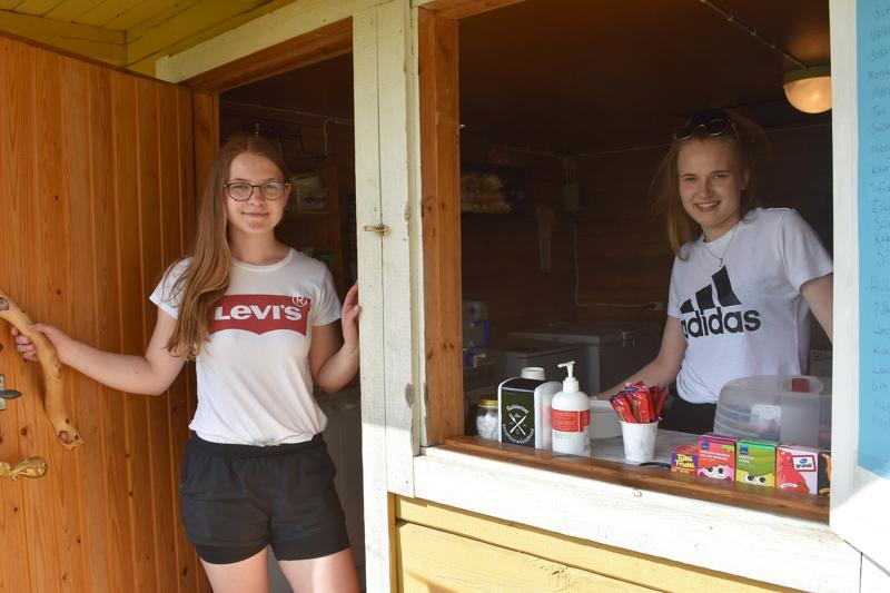 Helmi Karsikas ja Linnea Jantunen työllistivät viime kesänä itsensä 4H-yrittäjinä pyörittämällä Mieluskylän Sysirannassa kesäkioski Syskäriä.