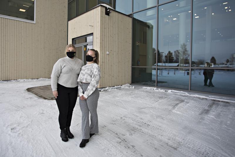 Abiturientit Iida Siermala ja Julia Anttila toivoivat, että etäopiskelu olisi jatkunut Kalajoen lukiossa.