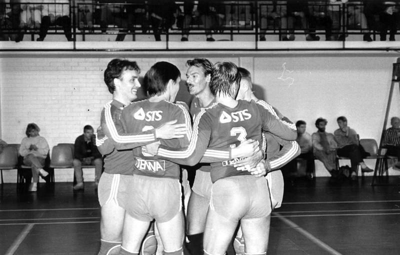 Pöksyt olivat tiukkoja, mutta niinpä olivat Innon lentopallomiehetkin tiukassa kunnossa joukkueen kulta-aikoina.