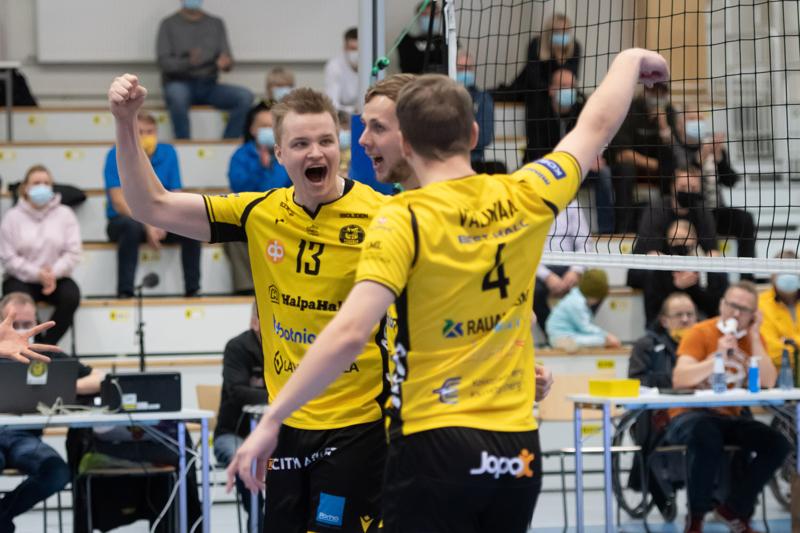 Mestaruusliiga jatkuu Tiikereiden osalta ensi viikon keskiviikkona, kun joukkueen vieraaksi saapuu Lakkapää. Kuvassa Jere Hänninen, Antti Leppälä ja Anton Välimaa.