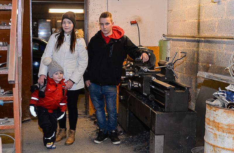 Metallisorvi on kovalla käytöllä Huuskosen pajalla. Kuvassa koko perhe: Amanda Rauhala ja Viljami Vitakoski sekä Aleksi Huuskonen.
