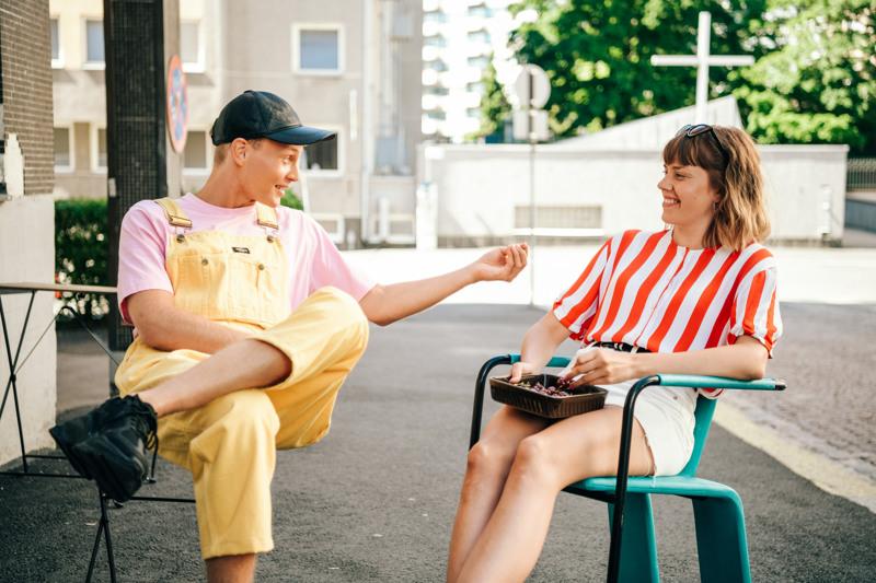 Anna Airola (Oona) ja Elias Salonen (Arttu) nähdään edelleen bestiksinä hulvattomassa parikymppisten komediassa.