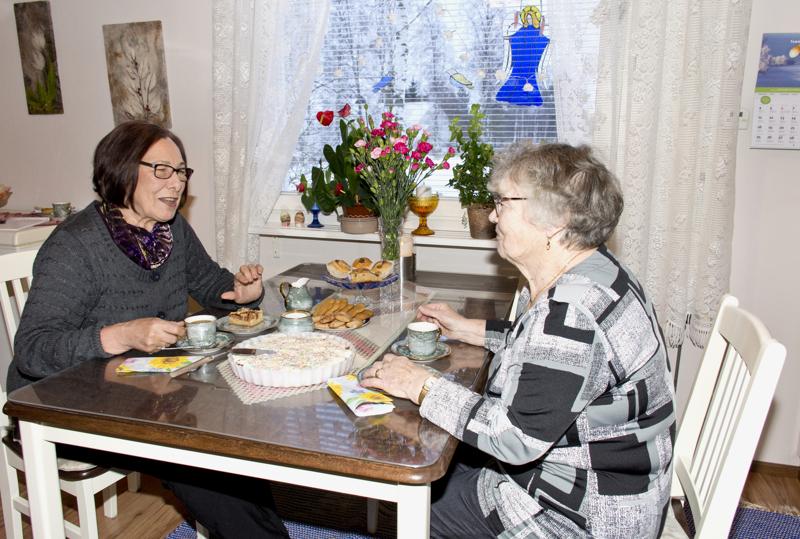 Kaimat tapasivat toisensa ensimmäisen kerran maanantaina. Kannuksen Anneli (oik.) oli pistänyt pöydän koreaksi vierailun kunniaksi.