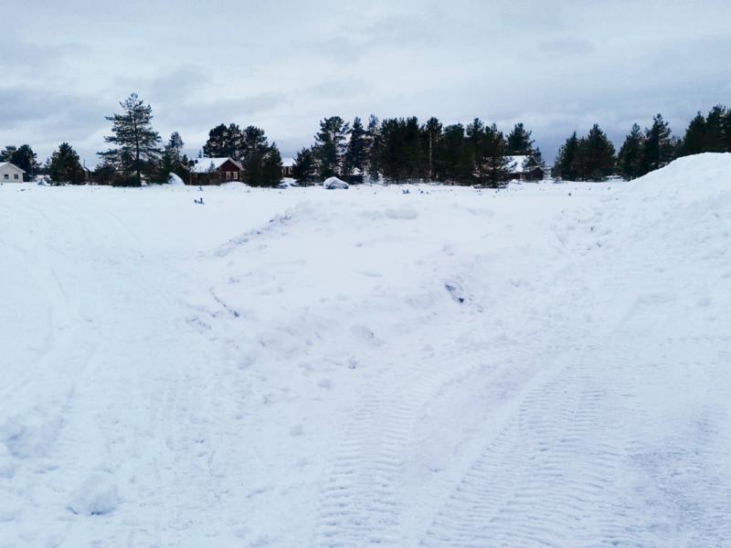 Lunta on kasattu Hiekkasärkillä kulkureittien eteen.