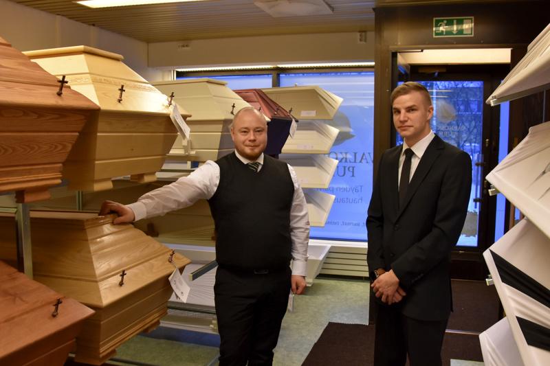 Laajennus. Valkoisen Purjeen Harri Siljala ja Juho Kalliokoski yrityksen toimitiloissa Kannuksen Asematiellä.