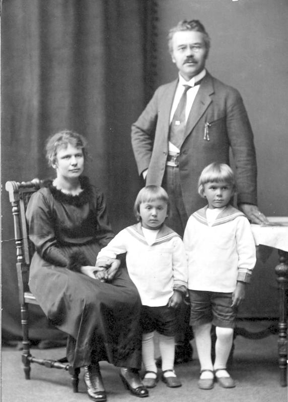 Ilmari ja Selma Wirkkala kuvattuna 1920-luvun alussa. Pojista 1915 syntynyt Tapio ja 1917 syntynyt Tauno, Tapio muotoili Vetelin sankaripatsaan sekä Raivaaja-patsaan ja Tauno isänsä piirustusten mukaan Kreeta Haapasalon patsaan Kaustiselle.
