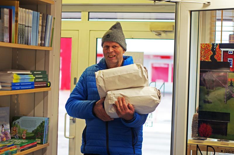 Mylläri Kalle Salmela tuomassa jauhoja Nivala-Puotiin.