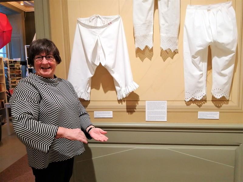 Menneiden aikojen pöksyt ovat pitkälahkeisia, mutta muuten kainostelemattomia.  -Tarpeet saattoi tehdä seisoma-asennosta, taustoittaa tekstiilikonservaattori Ann-Marie Knif-Sandelin.