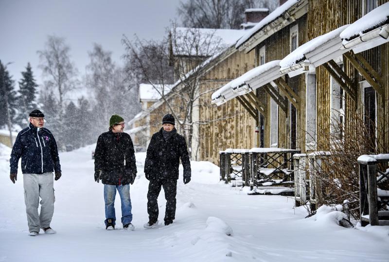 Pasi Pääkkönen, Matti Sihvonen ja Pekka Roiko palasivat lapsuusmaisemiin Ylivieskan kasarmialueelle. Pääkkönen on työskennellyt it-alalla, Roiko yrittäjänä ja Sihvonen musiikinopettajana työskenneltyään sitä ennen varuskuntasoittokunnassa.