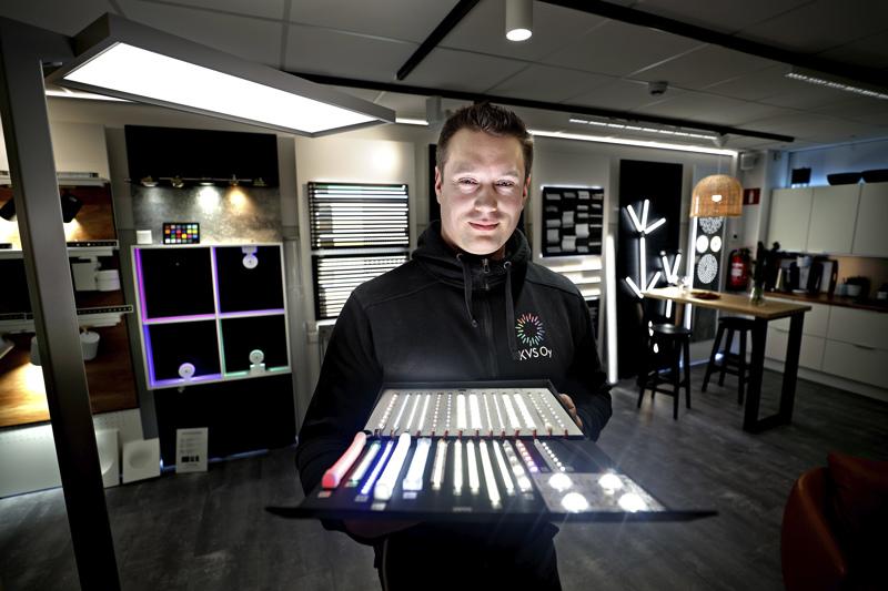 KVS Oy:n toimitusjohtaja ja valaistussuunnittelija Jukka Asp esittelee led-mallisalkkua, jossa on erilaisia led-nauhoja ja muutama yksittäinen teholedi.
