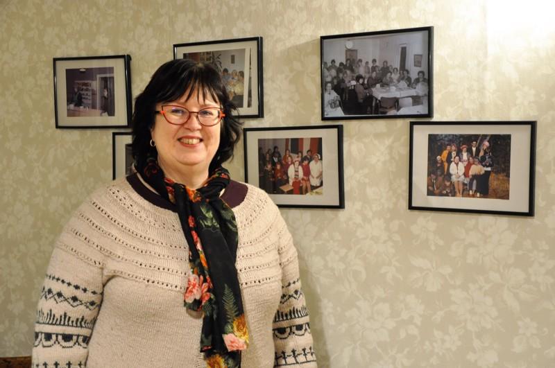 """Työväentalon """"akkain huone"""" valokuvineen on Jaana Pikkarainen-Haapasaarelle tuttu jo lapsuudesta. Naiset ovat talolla kokoontuneet tiistaisin vuosikymmenten ajan."""