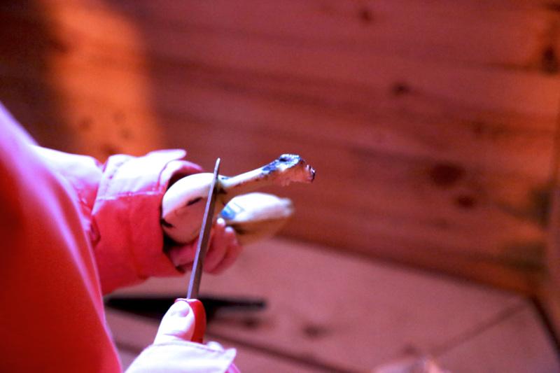 Puukkoa voi käyttää apuna aluksi, jotta banaanin kuoren saa avattua käyrältä puolelta.
