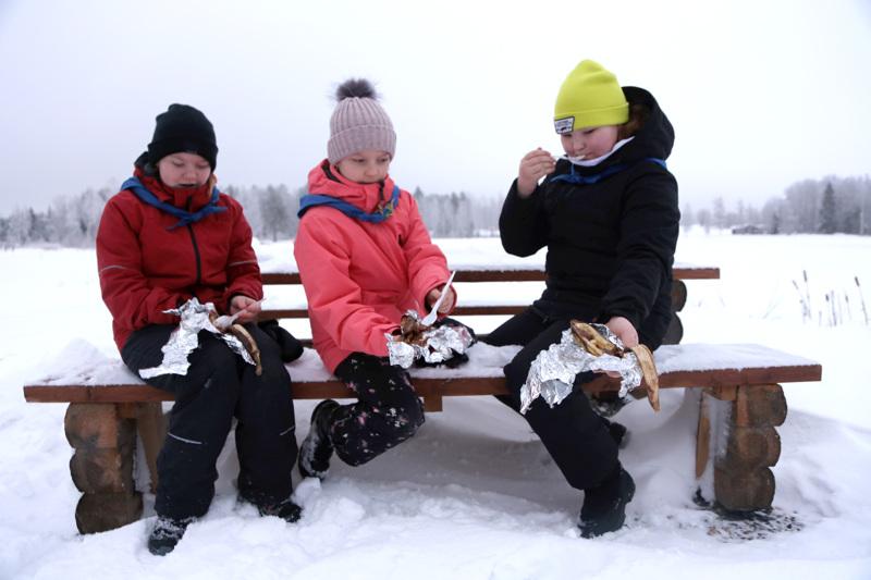Maisa ja Alisa Pulkkinen sekä Liina-Maija Lassila tekivät nuotiolla suklaabanaanit ja arvioivat lopputulosta. Kolme minuuttia oli liian lyhyt aika ritilän päällä valmistukseen, mutta yli neljän minuutin aika sulatti suklaan banaanin sisään.