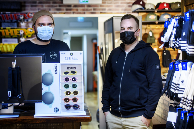 Jonas Forsström ja Jan-Mikael Ahonen katumuotia myyvästä Boardvillagesta ovat kampittaneet koronaa monilla uusilla ideoilla.