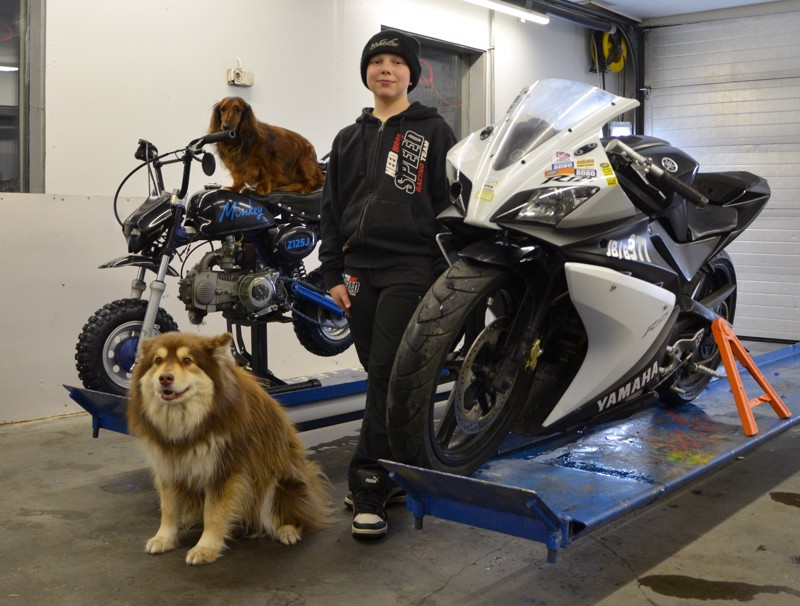 Miro Salo Toholammilta harrastaa moottoriurheilua, kotona mopolla, mönkijällä ja moottorikelkalla. Oikealla on kiihdytysajopyörä, jolla Miro kilpailee. Edessä poseeraa Toffe, mopon kyytiin nousi Edi.