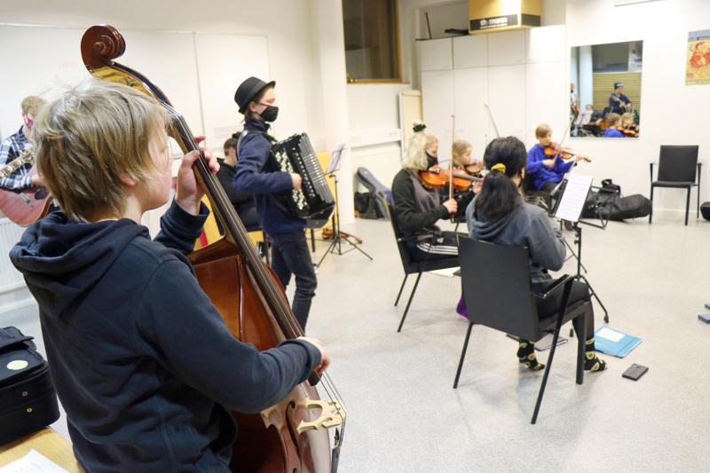 Aapeli Hakamäki soittaa Näppäreissä kontrabassoa. Yhteistreenit ovat keskiviikkoisin.