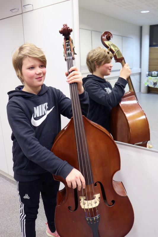 Aapelin kontrabasso on saman kokoinen kuin poika itse.