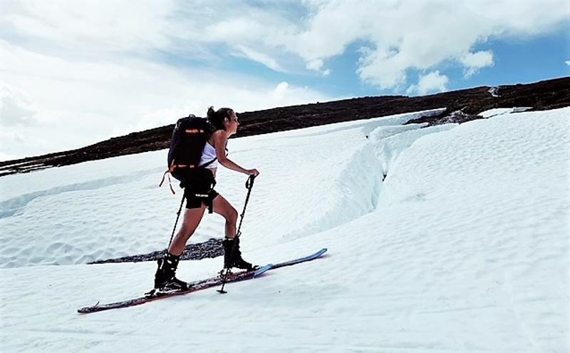 Kun talvella ei voi juosta vuorilla ne voi valloittaa skimosuksilla, joissa on nousukarvat koko pohjan pituudelta. Kuva ihanilta keväthangilta Ruotsin Åresta.