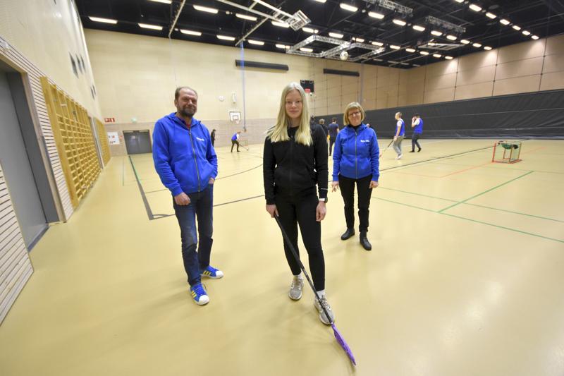 Anniina Hakela halusi yhdistää urheilun ja opiskelut. Se onnistuu Keski-Pohjanmaan ammattiopistossa, joka sai vuoden alussa UrheiluAmis-statuksen. Vieressä Timo Virolainen ja Sirkku Purontaus.