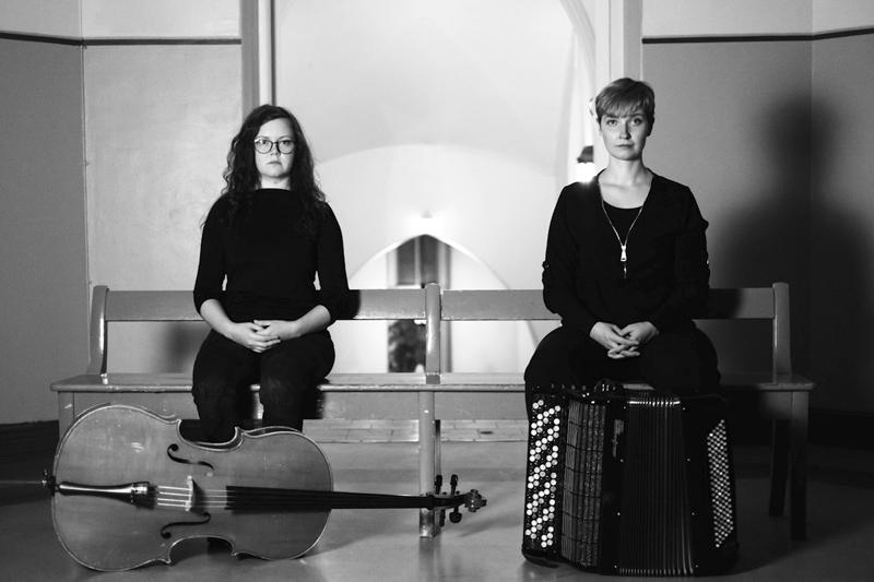 Julia Hansson sekä Katri Antikainen esiintyvät Jukkolanmäellä.