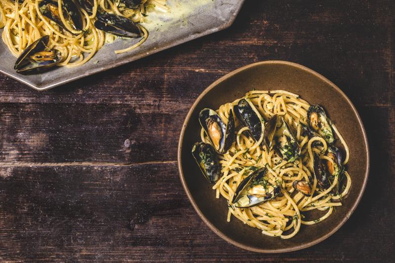 Tuoreiden simpukoiden kypsennysaika on vain 3–4 minuuttia. Voit myös oikaista ja käyttää pastaan valmiita säilykesimpukoita.