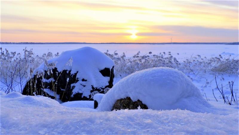 Kuuraa, lunta ja auringonlasku.