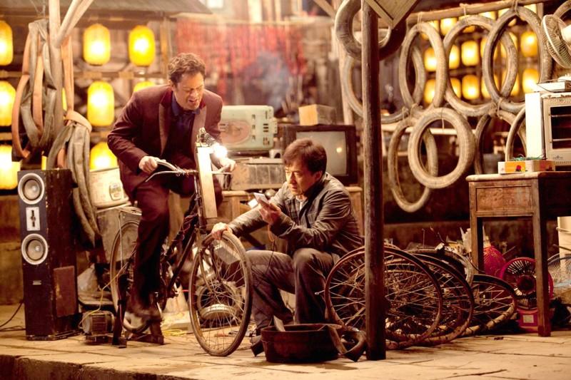Johnny Knoxville polkee virtaa Jackie Chanin kännykkään. Ohjaaja Renny Harlin on viime vuodet hakenut virtaa uralleen Kiinasta.