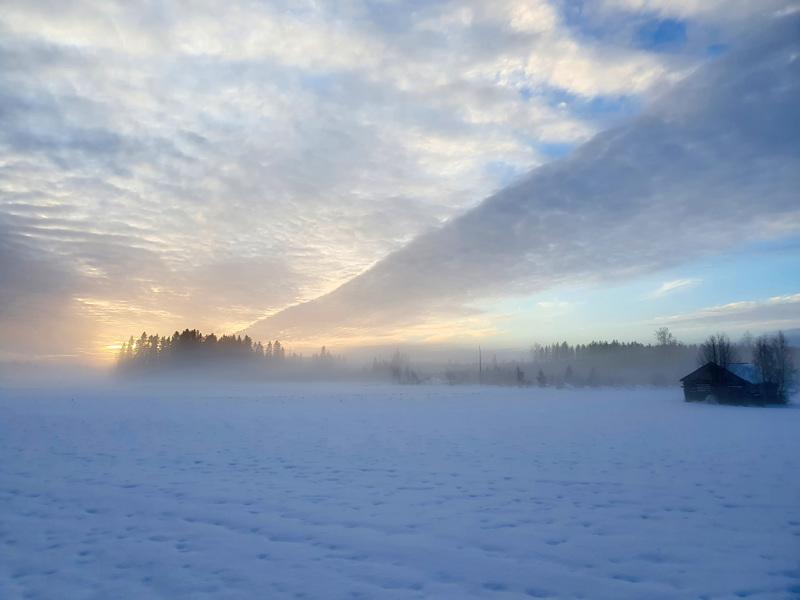Hiihtoretkellä nousi sumu Kälviällä.