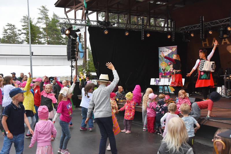 Haapavesi Folk ry vastaa kesän festivaalien, Wanhan musiikin tapahtuman sekä kevät- ja syysfolkien tuottamisesta ja jatkossa myös Lasten ja nuorten kulttuuriviikoista sekä Taiteiden yöstä. Arkistokuva toissakesän Folkeilta.