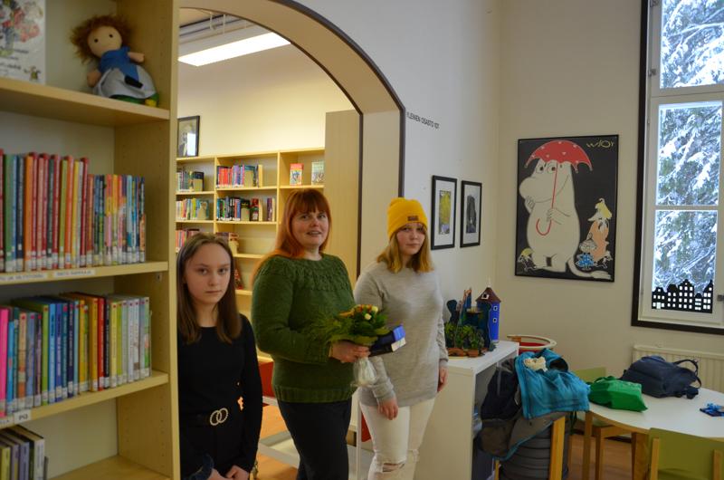 Veela Hietapakka, Noora Nyberg ja Siiri Nevala palkittiin Lestijärven vuoden lainaajina.