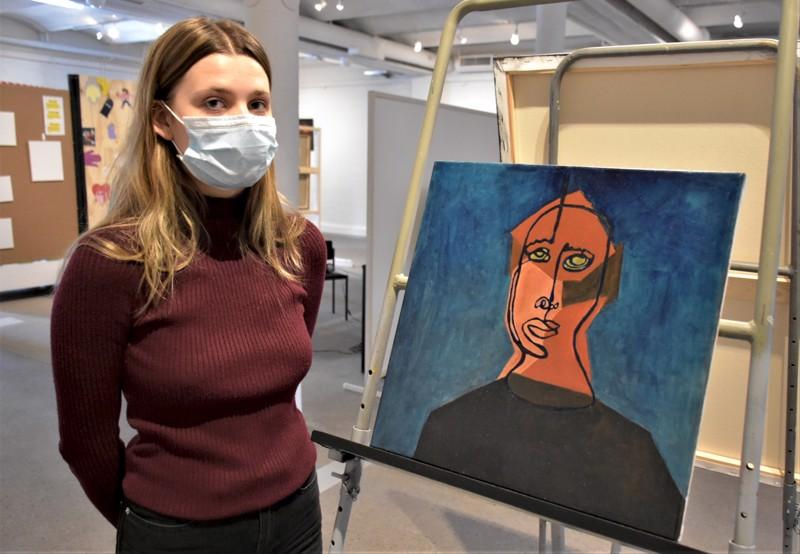 Fanny Käld pitää reiluista siveltimen liikkeistä: öljymaalauksen kasvot luotiin yhdellä vedolla.