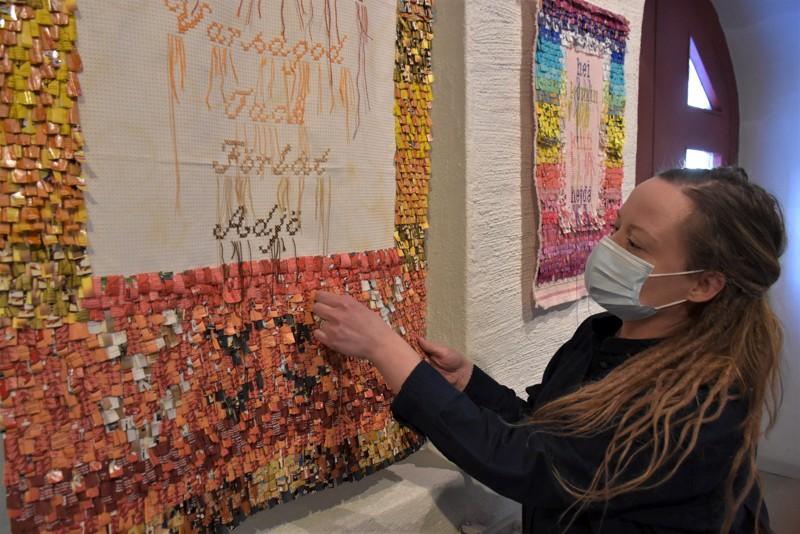 Christa Fribergin ryijyjen materiaali paljastuu lähemmällä silmäyksellä teepussipakkauksiksi. Inspiraatio periytyy molemmilta isoäideiltä.