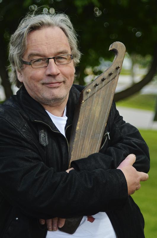 Kirjoittaja on Kansanmusiikki-lehden päätoimittaja, kurkkulaulaja ja kotoisin Mieluskylältä.