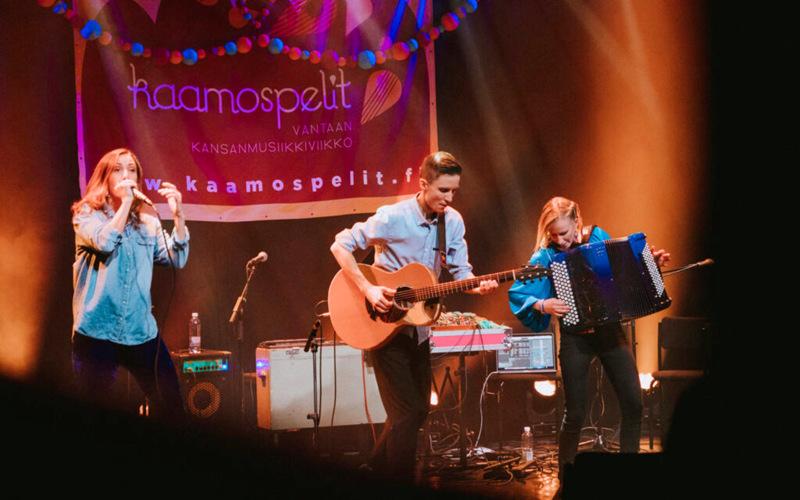 Keskiviikkoiltana striimikonsertissa esiintyy Piirainen Blom Company, eli beatboxaaja-laulaja Venla Ilona Blom, kitaristi J-P Piirainen ja haitaristi Viivi Maria Saarenkylä.