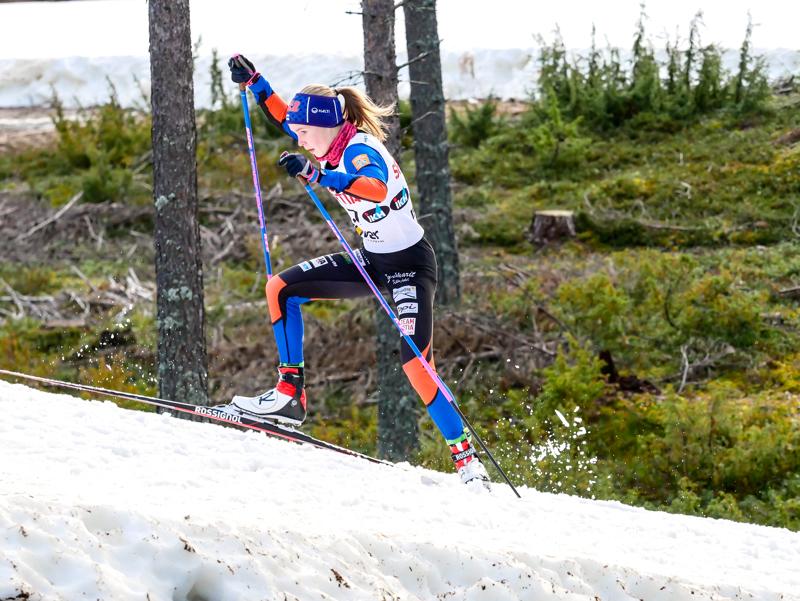 Iida Vuollet haluaa elättää itsensä hiihtämisellä. Tässä hän suksii Vuokatin Suomen-cupissa.