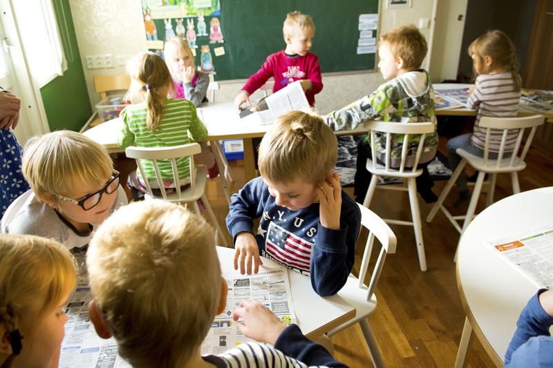 Seuraavan kahden vuoden ajan Nivalan esikouluissa opiskelee myös 5-vuotiaita. Nivalassa oletetaan, että kaksivuotinen esikoulu jää kokeilun jälkeen pysyväksi. Kuvassa eskareita tutustumassa Nivala-lehteen Sanomalehtiviikolla (nyk. Uutisten viikko) vuonna 2017.