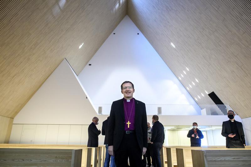 Oulun hiippakunnan piispa Jukka Keskitalo tutustui Ylivieskan kirkkoon. Yksinkertaisesta ja puhdaslinjaisesta kirkkosalista syntyy hänen mielestään pyhyyden kokemus.