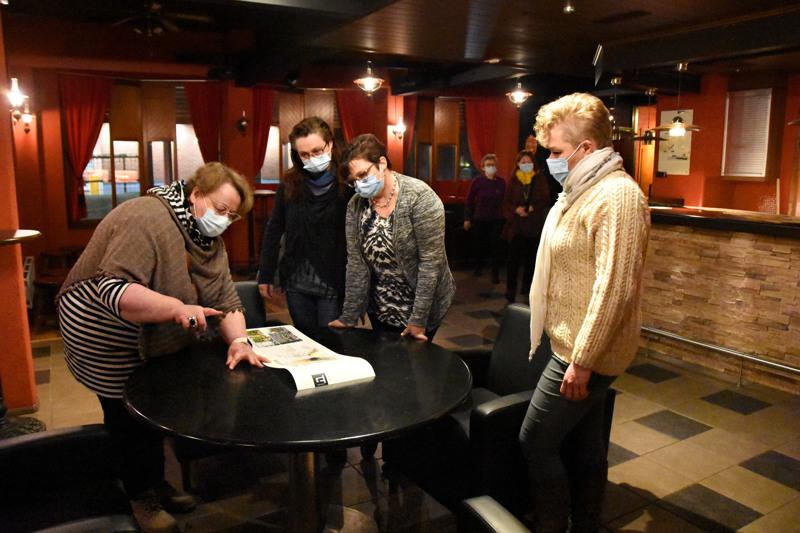 Muutama haapavetinen yrittäjä oli kutsuttu keskiviikkoiltana ideoimaan Hubi Savotan sisusta. Hannele Laitinen esittelee ajatuksiaan Hanna Pirnekselle, Helena Grönforsille ja Mervi Pyrrölle.