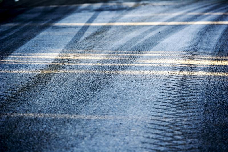 (arkistokuva)Poliisi kehottaakin ajoneuvojen kuljettajia erityiseen tarkkaavaisuuteen kelien lämmetessä tapahtuvan tien liukastumisen vuoksi.