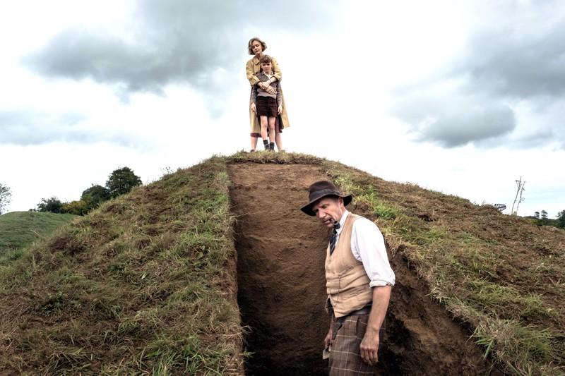 Sutton Hoon kaivauksilla Basil Brown (Ralph Fiennes), tilanomistaja Edith Pretty (Carey Mulligan) ja poika (Archie Barnes).