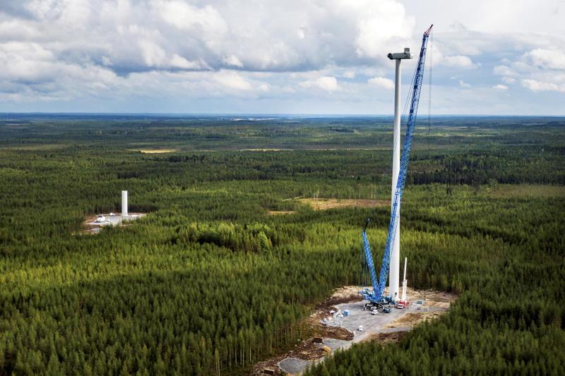 Arkistokuvassa tuulivoimaloiden pystytystä Kannuksen Kuurankalliolle kesällä 2019.