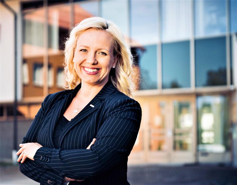 Pedersören nykyinen kunnanvaltuuston puheenjohtaja Johanna Holmäng pyrkii tulevaan valtuustoon.