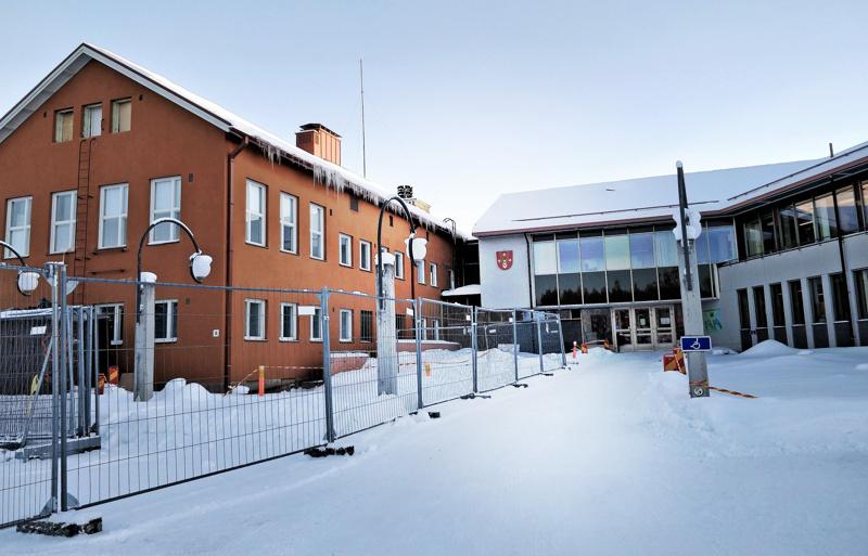Pedersören kunnanvaltuustossa on jaossa 35 paikkaa. Kunnantalon vanha osa on parhaillaan remontissa.