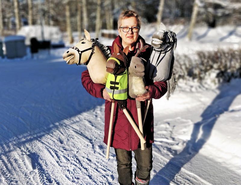Yrittäjä Eija Nordström kertoo hurahtaneensa keppihevosten maailmaan käsitöitä ja kaikenlaista näpertämistä rakastavana vuosia sitten.