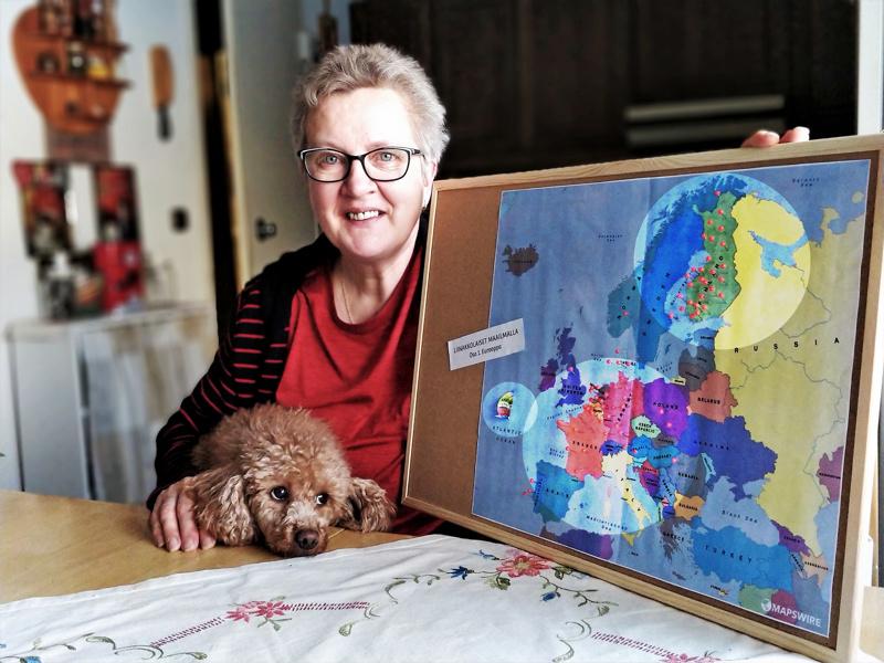 – Liinakkolaisia löytyy niin Suomesta kuin Keski-Euroopasta, yksi yrityksen valmistamista keppihevosista on purjehtinut USA:han asti, esittelee yrittäjä Eija Nordström.  Karttaa on katselemassa myös villakoira Mimi.