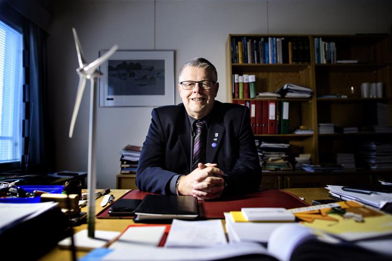 Tuulivoimalan pienoismalli kunnanjohtaja Esko Ahosen työpöydällä on pian jopa 240 metriä korkeaa todellisuutta Lestijärven maastoissa.