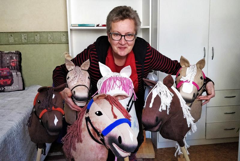 Pietarsaarelainen yrittäjä, Eija Nordström tekee työkseen keppihevosia eli keppareita.