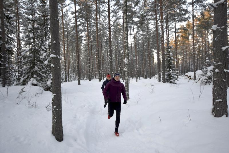 Milla Vierimaa ja Tommi Yli-Maunula suosittelevat Elban risteyksestä lähtevää talvipolkua aloittelijoille.