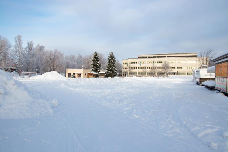 Tyhjillään oleva talvinen tori mietityttää kaupunkilaisia.